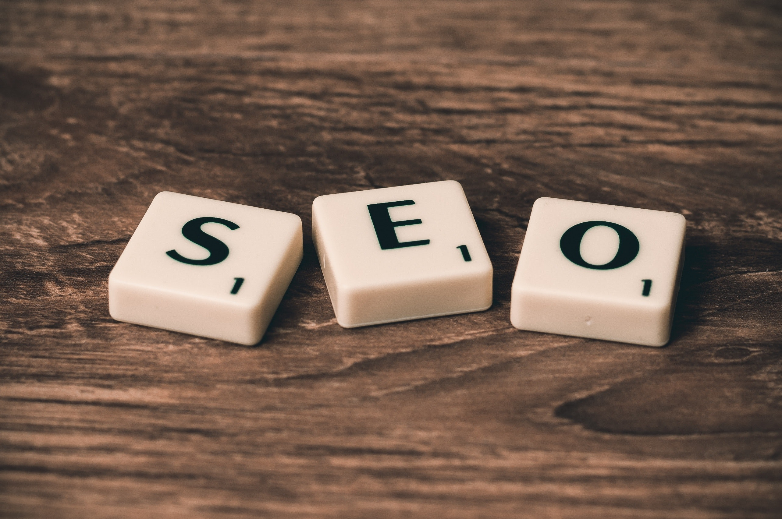 Word SEO has written on cubes on wooden background